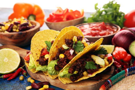 Photo pour Mexican tacos with beef, tomatoes, avocado, chilli and onions  - image libre de droit