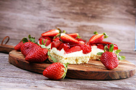 Photo pour strawberry cake and many fresh strawberries - image libre de droit