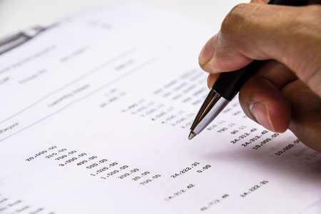 Photo pour Pen point on Bank statement - image libre de droit