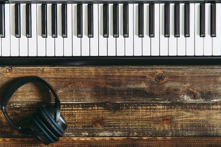 Photo pour Electronic piano on the wood table - image libre de droit