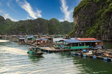 Photo pour Floating village around Cat Ba island National Park in Vietnam - image libre de droit