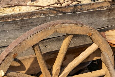 Photo pour wheel wooden spokes bulk carts traditional movement rustic old old weathered - image libre de droit