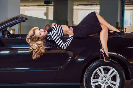 Foto de pin up style girl sits in the car - Imagen libre de derechos