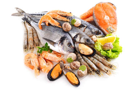Foto de Fresh fish and other seafood isolated on white - Imagen libre de derechos