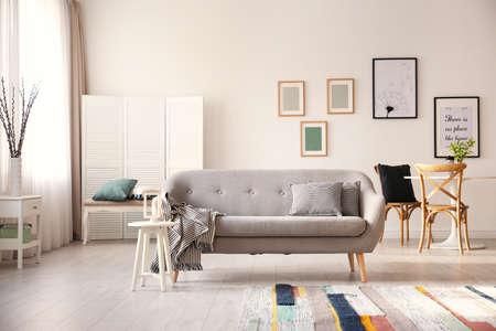 Foto de Cozy living room interior with comfortable sofa - Imagen libre de derechos