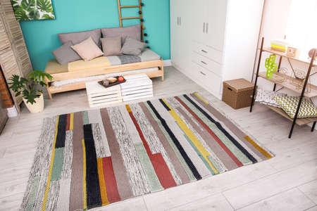 Foto de Modern living room interior with stylish sofa and carpet - Imagen libre de derechos