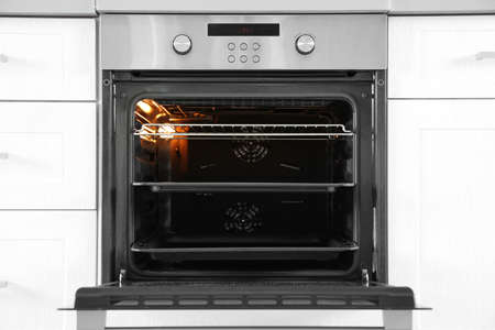 Photo pour Open modern oven built in kitchen furniture - image libre de droit