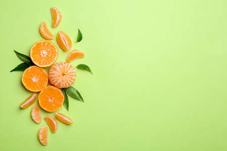 Photo pour Composition with tangerines and leaves on color background, flat lay. Space for text - image libre de droit