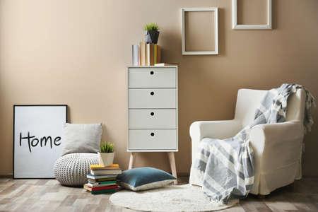 Foto de Cozy room interior with books and armchair - Imagen libre de derechos