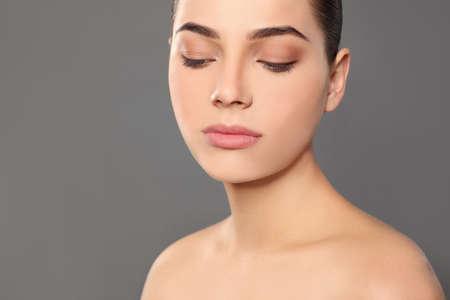 Photo pour Portrait of young woman with beautiful face and natural makeup on color background, closeup - image libre de droit