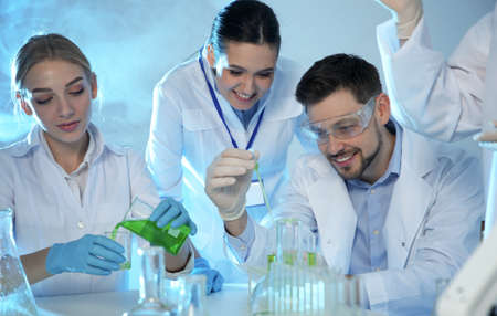 Photo pour Group of scientists working in modern chemistry laboratory - image libre de droit