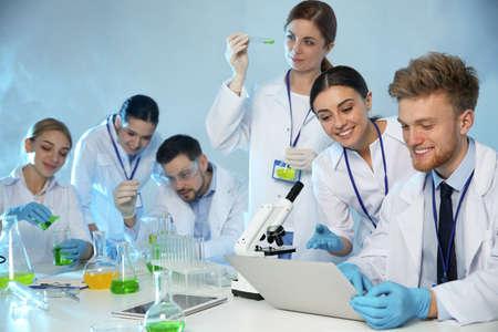 Foto de Group of scientists working in modern chemistry laboratory - Imagen libre de derechos