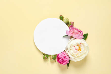 Foto de Fresh peonies and empty card on color background, flat lay with space for text - Imagen libre de derechos