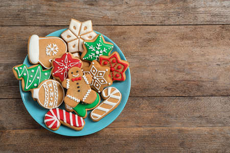 Photo pour Tasty homemade Christmas cookies on wooden table, top view. Space for text - image libre de droit