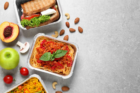 Photo pour Lunchboxes on light grey table, flat lay. Healthy food delivery - image libre de droit