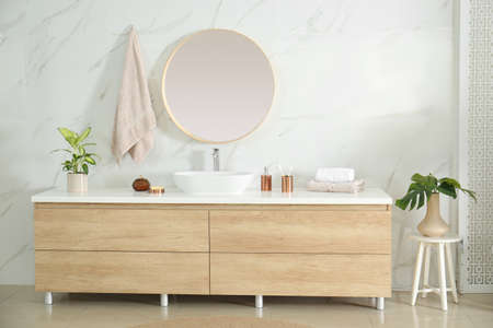 Photo pour Round mirror over vessel sink in stylish bathroom interior - image libre de droit