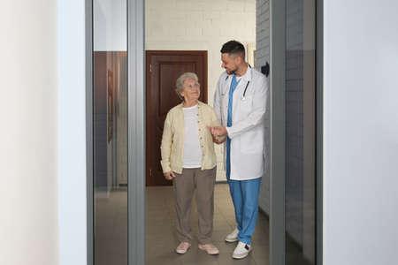 Photo pour Doctor with senior patient at modern hospital - image libre de droit