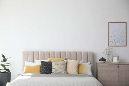 Photo pour Stylish interior of contemporary room with comfortable bed - image libre de droit