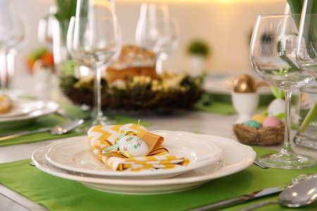 Photo pour Festive Easter table setting with eggs, closeup - image libre de droit