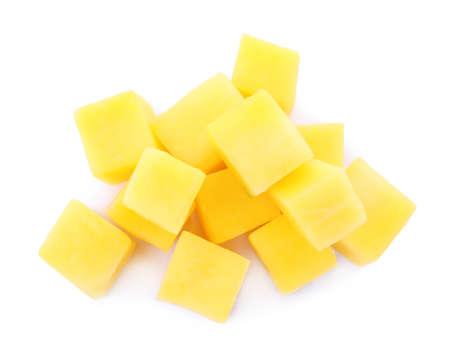 Photo pour Tasty ripe mango cubes isolated on white background - image libre de droit