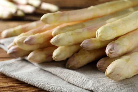 Photo pour Fresh white asparagus on wooden table, closeup - image libre de droit