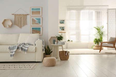 Foto de Stylish living room interior with comfortable sofa - Imagen libre de derechos