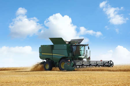 Photo pour Modern combine harvester working in agricultural field - image libre de droit