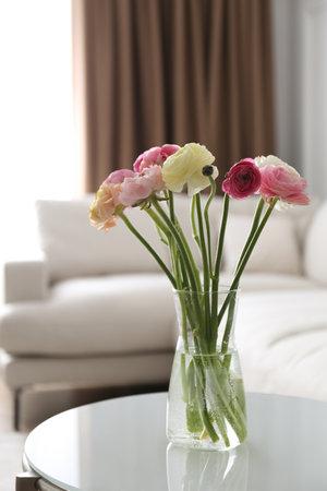 Photo pour Beautiful ranunculus flowers on table in living room - image libre de droit