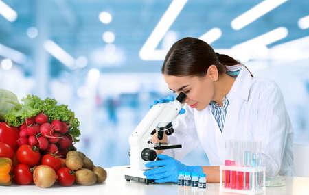 Photo pour Quality control specialist inspecting food in laboratory - image libre de droit