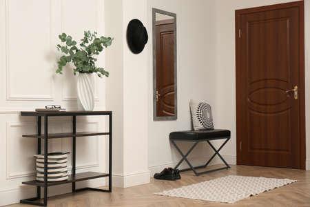 Photo pour Light hallway with stylish furniture. Interior design - image libre de droit