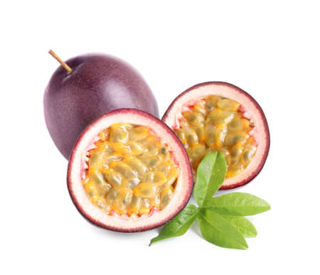 Photo pour Cut and whole passion fruits with leaf isolated on white - image libre de droit