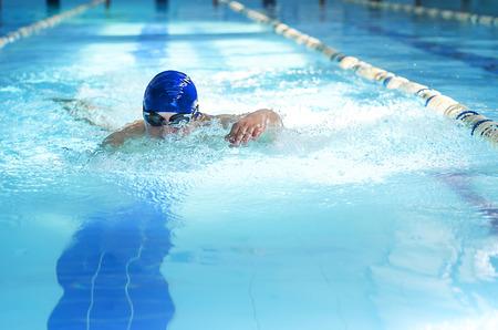 Photo pour Professional male swimmer swimming in the pool - image libre de droit
