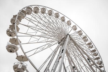 Photo pour White Ferris wheel. - image libre de droit