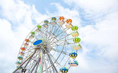 Photo pour Ferris wheel against the sky. - image libre de droit