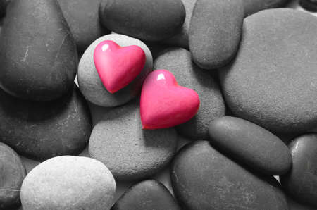 Photo pour Red hearts on the grey pebbles background. Valentines day. - image libre de droit