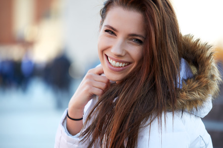 Photo pour beautiful young woman smiling in winter time - image libre de droit
