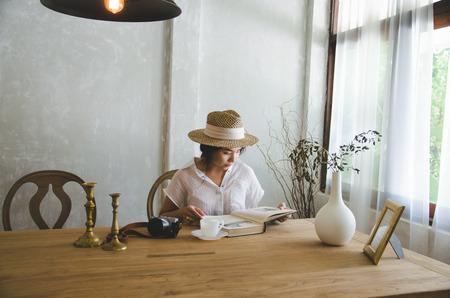 Foto de asian women sitting and reading book - Imagen libre de derechos
