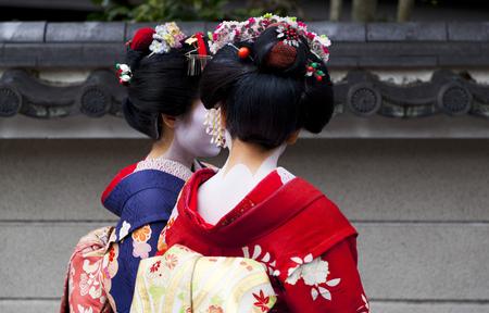 Photo pour Apprentice geisha,Maiko couple walking in Kyoto, Japan - image libre de droit