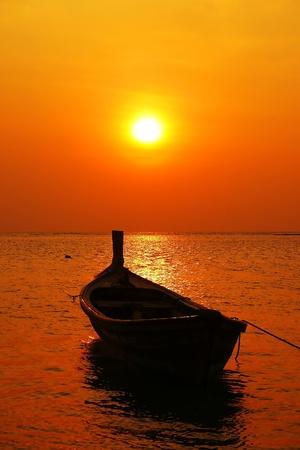 Photo pour longtail boat in sunset - image libre de droit