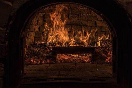 Photo pour Fire inside a stone bricks oven - image libre de droit