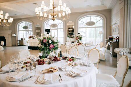 Photo pour Restaurant table with food. Catering service. Wedding celebration, decoration. Dinner time, lunch. - image libre de droit