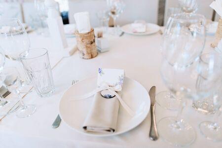 Photo pour Elegant wedding table setting in white with silverware - image libre de droit