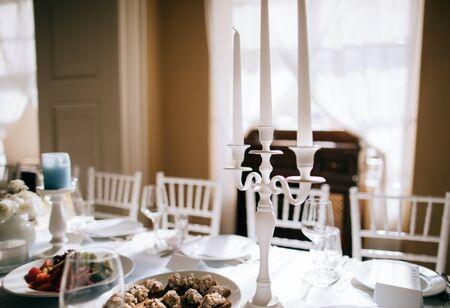 Photo pour elegant table decoration with candlesticks in a restaurant - image libre de droit