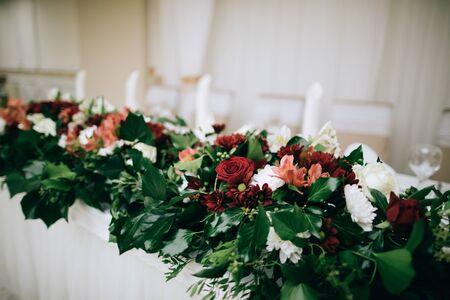 Foto für Bridal table decor with fresh flowers in the restaurant - Lizenzfreies Bild