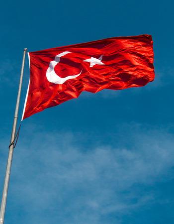 Photo pour Turkish national flag hang on a pole in open air - image libre de droit