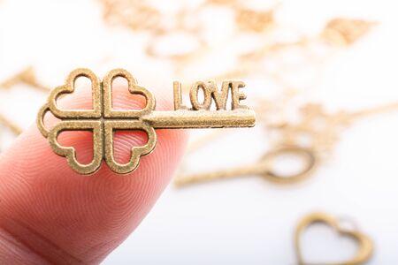 Photo pour Hand holding retro metal key as love  and Valentine concept - image libre de droit
