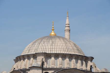 Photo pour Minaret of a Muslim mosque of Ottoman style - image libre de droit