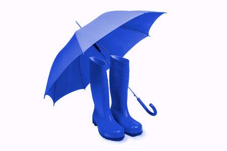 Blauer Regenschirm und Gummistiefel Freisteller