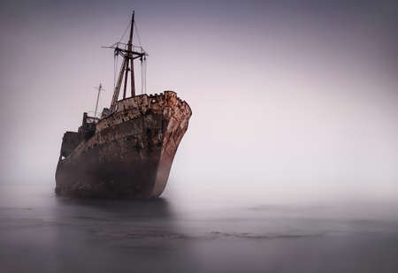 Photo pour Old shipwreck near gythio - image libre de droit