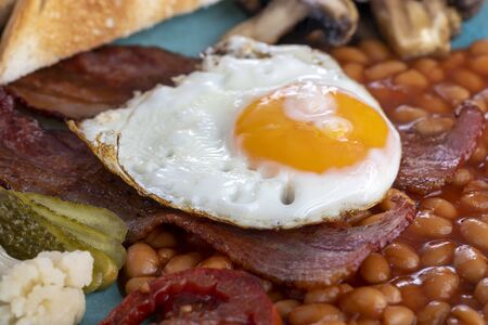 Photo pour full englisch breakfast on a plate - image libre de droit